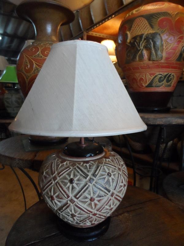 โคมไฟตั้งโต๊ะ ทำจากแจกันดินเผาด่านเกวียน แกะลายดอกพิกุล สีโคลนน้ำตาล