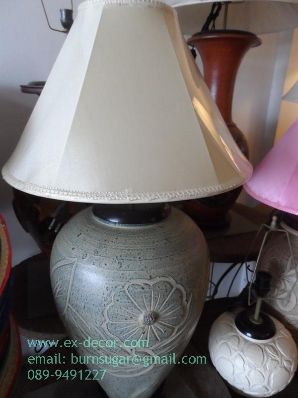 โคมไฟตั้งโต๊ะ โคมไฟดินเผาด่านเกวียน ทำจากแจกันดินเผาด่านเกวียน แกะลายดอกลีลาวดี สีโคลนเขียว