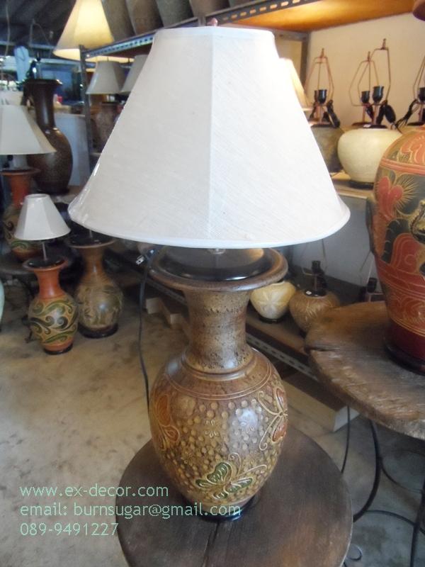 โคมไฟตั้งโต๊ะ โคมไฟดินเผาด่านเกวียน ทำจากแจกันดินเผาด่านเกวียน แกะลายผีเสื้อสีน้ำตาล