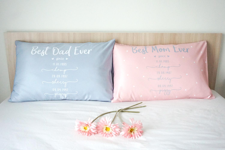 ปลอกหมอนหนุนคู่ พิมพ์ลายเต็มผืน Best Dad & Mom - Pink & French Blue
