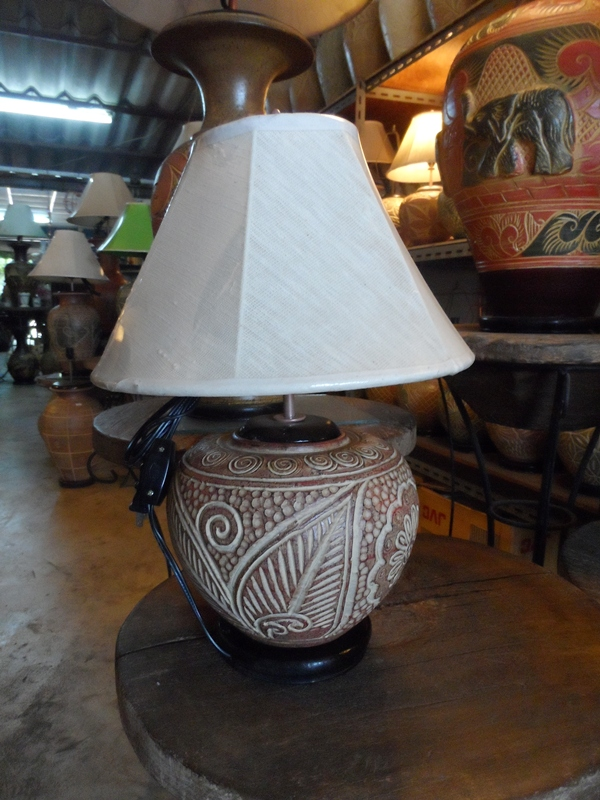 โคมไฟตั้งโต๊ะ ทำจากแจกันดินเผาด่านเกวียน แกะลายใบไม้ สีโคลนน้ำตาล