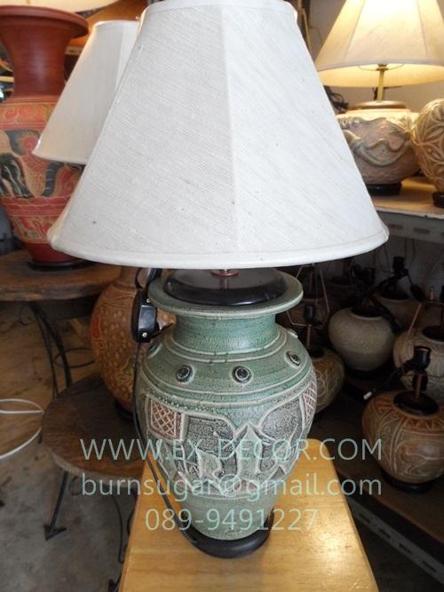 โคมไฟตั้งโต๊ะ ทำจากแจกันดินเผาด่านเกวียน ลายช้าง สีโคลนเขียว