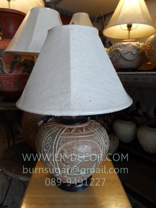 โคมไฟตั้งโต๊ะ ทำจากแจกันดินเผาด่านเกวียน ลายช้าง สีโคลนโทนน้ำตาล-แดง