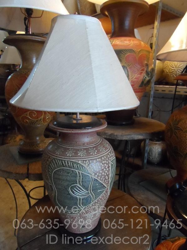 โคมไฟตั้งโต๊ะ โคมไฟดินเผาด่านเกวียน ทำจากแจกันดินเผาด่านเกวียน แกะลายปลาโทนสีโคลนน้ำตาล