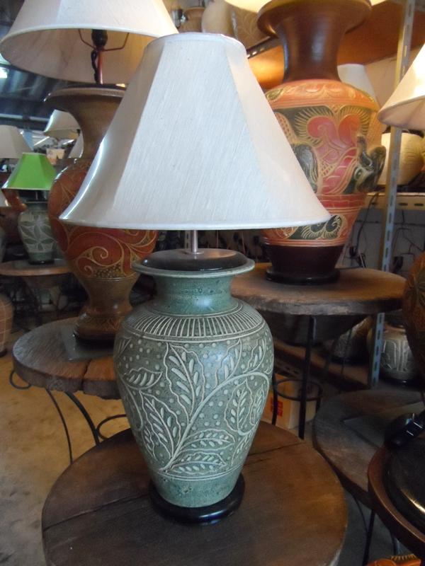 โคมไฟตั้งโต๊ะ โคมไฟดินเผาด่านเกวียน ทำจากแจกันดินเผาด่านเกวียน แกะลายใบไม้สีโคลนเขียว