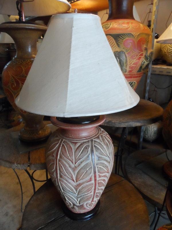 โคมไฟตั้งโต๊ะ โคมไฟดินเผาด่านเกวียน ทำจากแจกันดินเผาด่านเกวียน แกะลายใบไม้ สีโคลนน้ำตาล