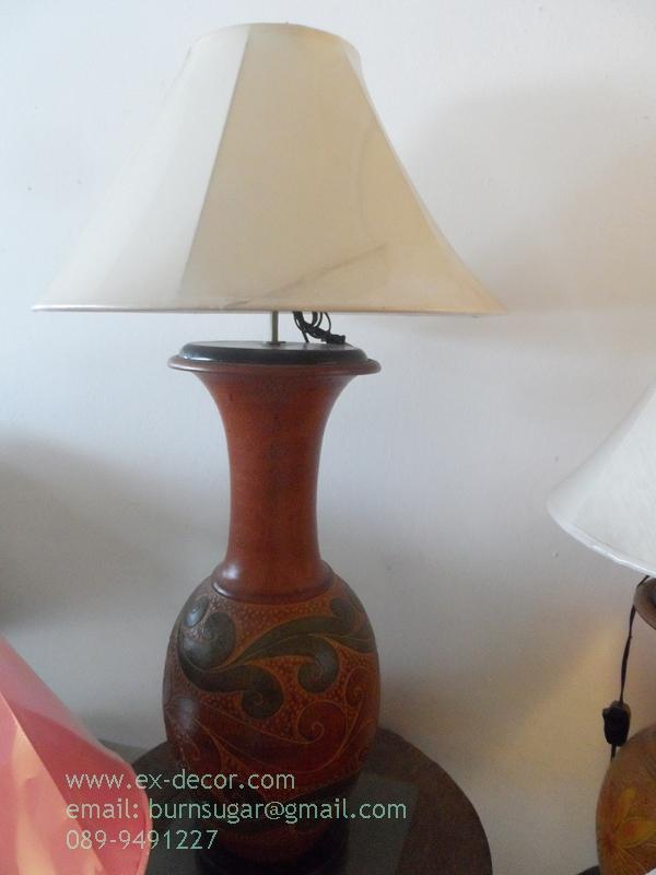 โคมไฟตั้งโต๊ะ โคมไฟดินเผาด่านเกวียน ทำจากแจกันดินเผาด่านเกวียน แกะลายใบไม้สีแดง