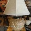 โคมไฟตั้งโต๊ะ ทำจากแจกันดินเผาด่านเกวียน ลวดลายดอกไม้ สีโคลนโทนน้ำตาล-ส้ม