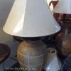 โคมไฟตั้งโต๊ะ โคมไฟดินเผาด่านเกวียน ทำจากแจกันดินเผาด่านเกวียน แกะลายขูด สีโคลนน้ำตาล