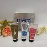 *พร้อมส่ง*L'Occitane Merci Hand Cream Trio Set เซ็ทของขวัญบำรุงผิวมือบรรจุในกล่องเหล็กสวยงาม Hand Cream 3 กลิ่น ด้วยส่วนผสมอันมีคุณค่าในการบำรุงผิวมือ เข้มข้นด้วยเชีย บัตเตอร์ 25% และ วิตามิน E เนื้อบางเบา ปราศจากความมันช่วยบำรุงและปกป้องผิวจากความเห