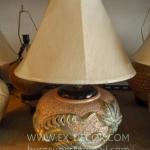 โคมไฟตั้งโต๊ะ ทำจากแจกันดินเผาด่านเกวียน ลวดลายเถาองุ่น สีทอง
