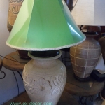 โคมไฟตั้งโต๊ะ โคมไฟดินเผาด่านเกวียน ทำจากแจกันดินเผาด่านเกวียน แกะลายดอกไม้ สีโคลนขาว