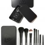 **พร้อมส่ง**Stylenanda 3 Concept Eyes Mini Brush Kit # Black ชุดแปรง 7 ชิ้นในกล่องสีดำ สวย น่ารักมากๆ ขนาดมินิสุดน่ารัก มาในแพจเกจชิคๆตามสไตล์สาวๆ NANDA ให้คุณสาวๆพกพาสะดวกไม่เปลืองพื้นที่ สนุกสนานไปกับเมคอัพได้ทุกที่ทุกเวลาจ้า ไม่ต้องกังวลว่าด้ามแปรงจะเส