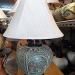 โคมไฟตั้งโต๊ะ ทำจากแจกันดินเผาด่านเกวียน แกะลายช้าง ทรงโอ่งน้ำ สีโคลนเขียว