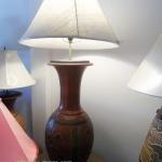 โคมไฟตั้งโต๊ะ โคมไฟดินเผาด่านเกวียน ทำจากแจกันดินเผาด่านเกวียน แกะลายเต่าสีน้ำตาล-แดง