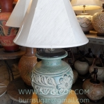 โคมไฟตั้งโต๊ะ ทำจากแจกันดินเผาด่านเกวียน ลายดอกไม้ สีโคลนเขียว