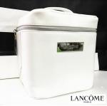 **พร้อมส่ง**LANCOME White Leather Bag กระเป๋าเครื่องสำอางค์ทรงเตารีดสีขาว จากลังโคม เอาใจคนสิ่งของเยอะ ด้วยใบนี้เลยค่ะ ใหญ่มากกก จุได้เยอะ 14cm x 17cm x 17cm ใส่ได้ครบทุกสิ่งอย่าง งานสวยสุดๆ สีขาวสะอาดตา มีป้ายโลหะสีเงิน ปั๊มตรา Lancome พร้อมหูหิ้วสีขาว จ