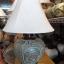 โคมไฟตั้งโต๊ะ ทำจากแจกันดินเผาด่านเกวียน แกะลายช้าง ทรงโอ่งน้ำ สีโคลนเขียว thumbnail 1