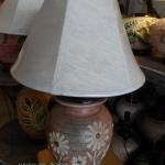 โคมไฟตั้งโต๊ะ ทำจากแจกันดินเผาด่านเกวียน แกะลายดอกดาวเรือง ทรงโอ่งน้ำ สีโคลนน้ำตาล