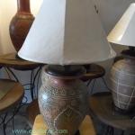 โคมไฟตั้งโต๊ะ ทำจากแจกันดินเผาด่านเกวียน แกะลายใบโพธิ์ ทรงโอ่งน้ำ สีโคลนน้ำตาล