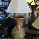 โคมไฟตั้งโต๊ะ โคมไฟดินเผาด่านเกวียน ทำจากแจกันดินเผาด่านเกวียน แกะลายช้างสีน้ำตาล