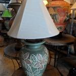 โคมไฟตั้งโต๊ะ โคมไฟดินเผาด่านเกวียน ทำจากแจกันดินเผาด่านเกวียน แกะลายดอกไม้สีโคลนเขียว