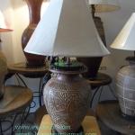 โคมไฟตั้งโต๊ะ ทำจากแจกันดินเผาด่านเกวียน แกะลายดอกไม้ ทรงโอ่งน้ำ สีดินเผา