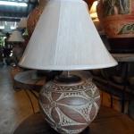 โคมไฟตั้งโต๊ะ ทำจากแจกันดินเผาด่านเกวียน แกะดอกไม้ สีโคลนน้ำตาล