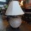 โคมไฟตั้งโต๊ะ ทำจากแจกันดินเผาด่านเกวียน แกะลายใบไม้ สีโคลนน้ำตาล thumbnail 1