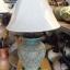 โคมไฟตั้งโต๊ะ ทำจากแจกันดินเผาด่านเกวียน แกะลายดอกไม้ ทรงโอ่งน้ำ สีโคลนเขียว thumbnail 1