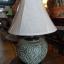 โคมไฟตั้งโต๊ะ ทำจากแจกันดินเผาด่านเกวียน แกะลายใบไม้ สีโคลนเขียว thumbnail 1