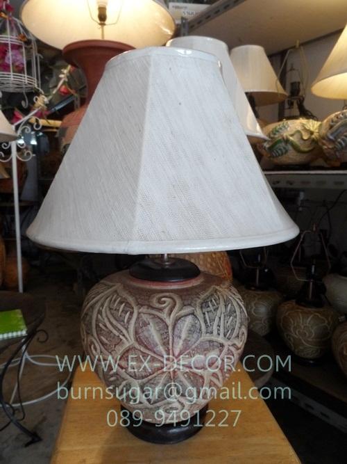 โคมไฟตั้งโต๊ะ ทำจากแจกันดินเผาด่านเกวียน ลวดลายดอกไม้ สีโคลนโทนน้ำตาล-แดง