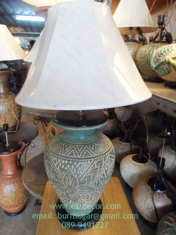 โคมไฟตั้งโต๊ะ ทำจากแจกันดินเผาด่านเกวียน แกะลายดอกไม้ ทรงโอ่งน้ำ สีโคลนเขียว