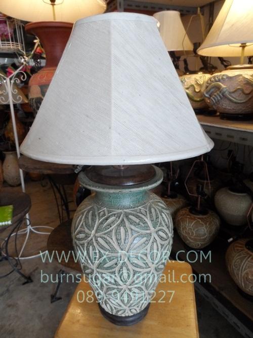 โคมไฟตั้งโต๊ะ ทำจากแจกันดินเผาด่านเกวียน ลายกราฟฟิค สีโคลนเขียว