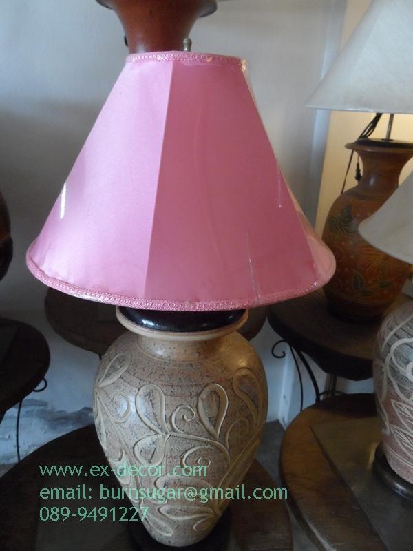 โคมไฟตั้งโต๊ะ โคมไฟดินเผาด่านเกวียน ทำจากแจกันดินเผาด่านเกวียน แกะลายดอกไม้ สีโคลนน้ำตาล