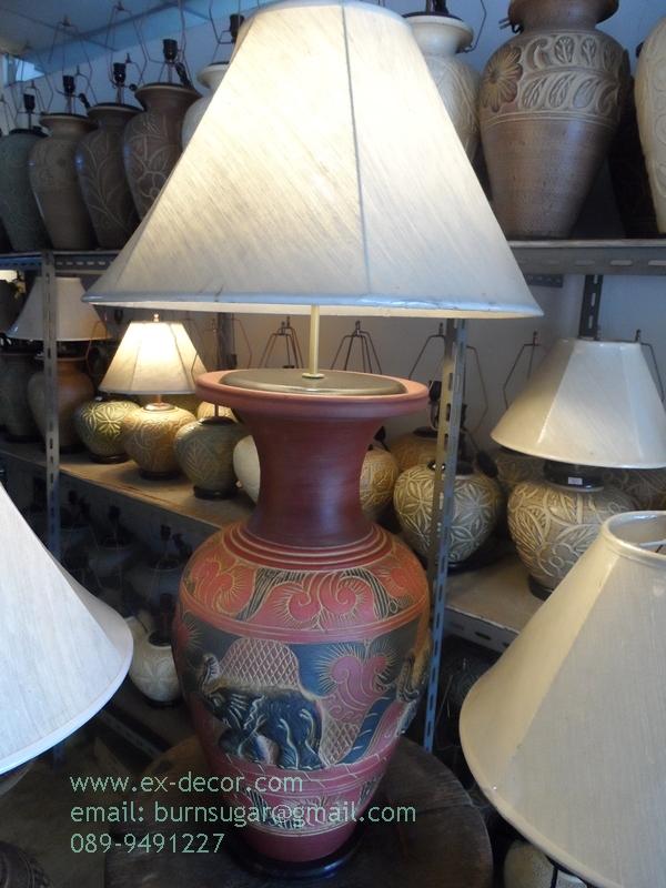 โคมไฟตั้งโต๊ะ โคมไฟดินเผาด่านเกวียน ทำจากแจกันดินเผาด่านเกวียน แกะลายช้าง สีโคลนน้ำแดง-ดำ
