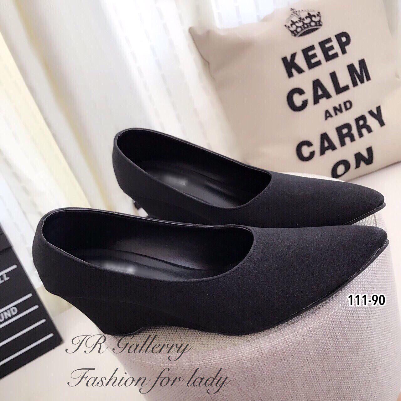 รองเท้าคัทชูส้นเตารีดสีดำเรียบ