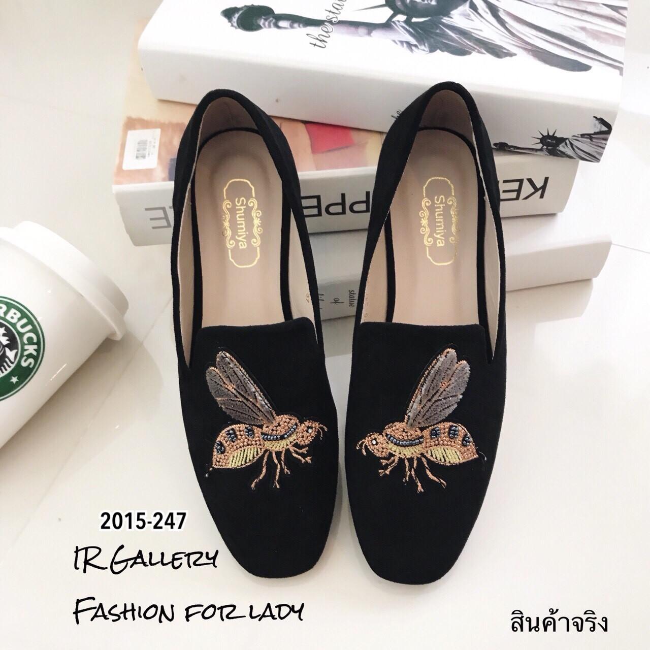 รองเท้าส้นแบนทรงสวมปักลายผึ้ง (สีดำ)