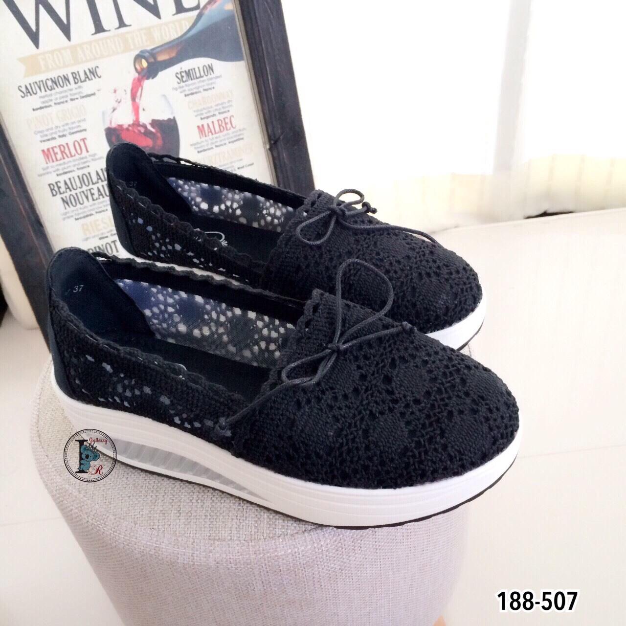 รองเท้าผ้าใบลูกไม้ติดโบว์ทรง Sport (สีดำ)