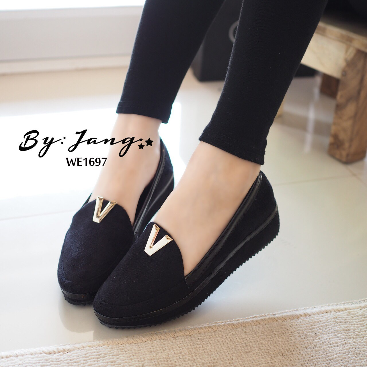รองเท้าส้นขนมปังหน้า V (สีดำ)