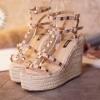 พร้อมส่ง : รองเท้าส้นตึก Valentino Style (สีครีม)
