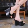 รองเท้าส้นเตารีดสวมแต่งหมุด (สีดำ)