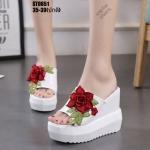 รองเท้าส้นเตารีดทรงสวมแต่งดอกไม้ (สีขาว)