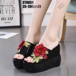 รองเท้าส้นเตารีดทรงสวมแต่งดอกไม้ (สีดำ)