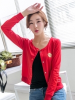 เสื้อแจ็คเก็ตสีแดง แขนยาว ใส่คลุม กับเสื้อยืด สวมใส่วันสบายๆ
