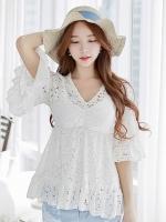 เสื้อแฟชั่นสีขาว ผ้าลูกไม้ทั้งตัว แขนสี่ส่วน คอวี แขนเย็บระบาย สวยหวาน